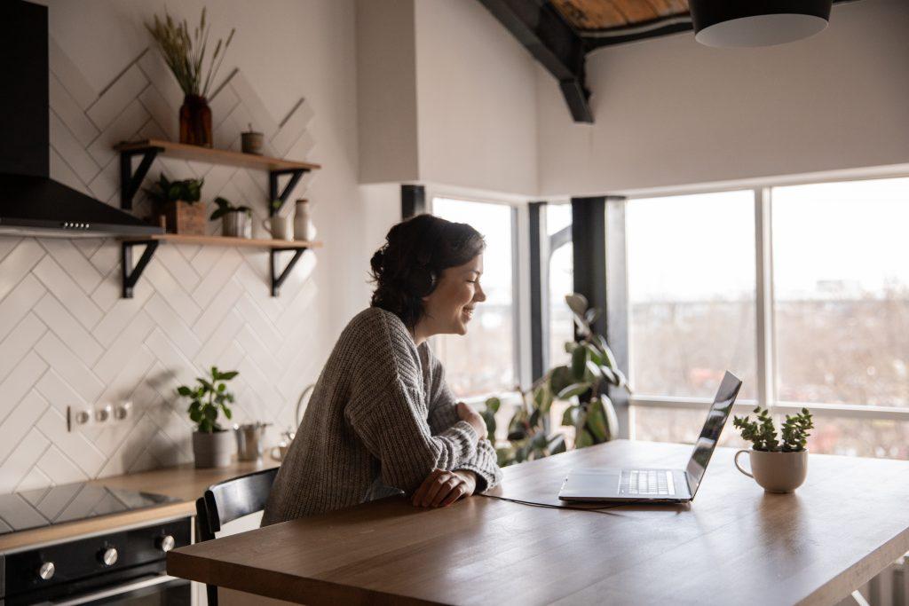 Eine Frau ist im Homeoffice und nimmt an einem Video-Call teil.
